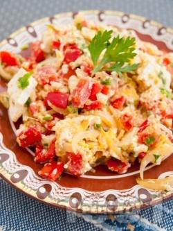 Бъркани яйца с червени чушки, сирене и лук - снимка на рецептата